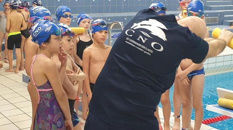 Plus de 300 enfants âgés de 6 à 10 ans apprennent à nager toutes les semaines avec les éducateurs du club dans les groupes de dauphins.